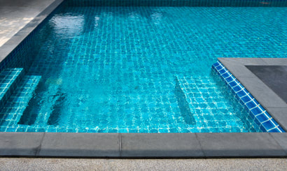 This is a picture of a clean swimming pool with spotless tile in Amarillo, Texas.